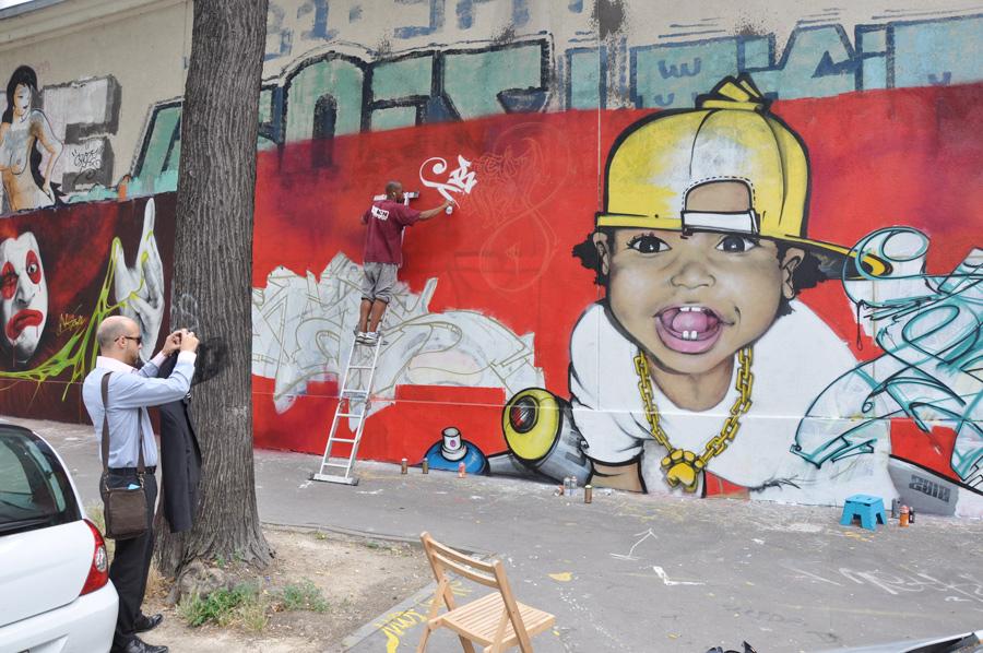 Grande fresque graffiti dans la rue des pyrénées de Paris Est