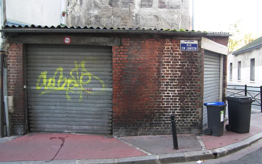 tag et graffiti dans une rue de St denis