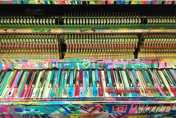 Piano gribouillé et repeint