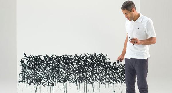 artiste posant devant sa toile