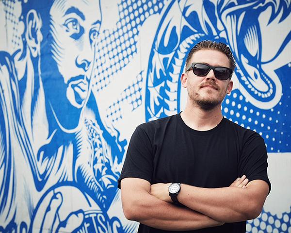 Artiste américain posant devant l'une de ses oeuvres