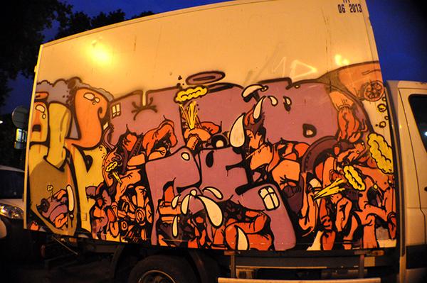 Photo paris by night, vue de côté d'un camion marchandise