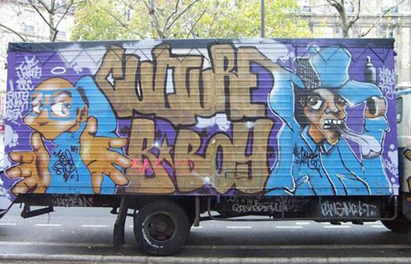 Vue de côté d'un camion peint par Moze et un acolyte dans Paris