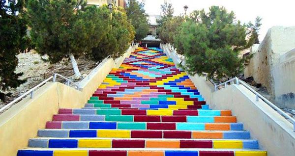 Chaque brique de cette escalier a été peinte pour créer un motif