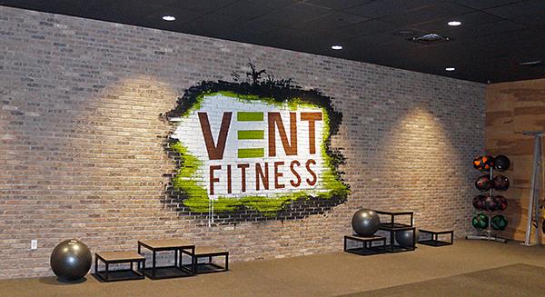 Logo de la salle de sport retranscrit sur un mur