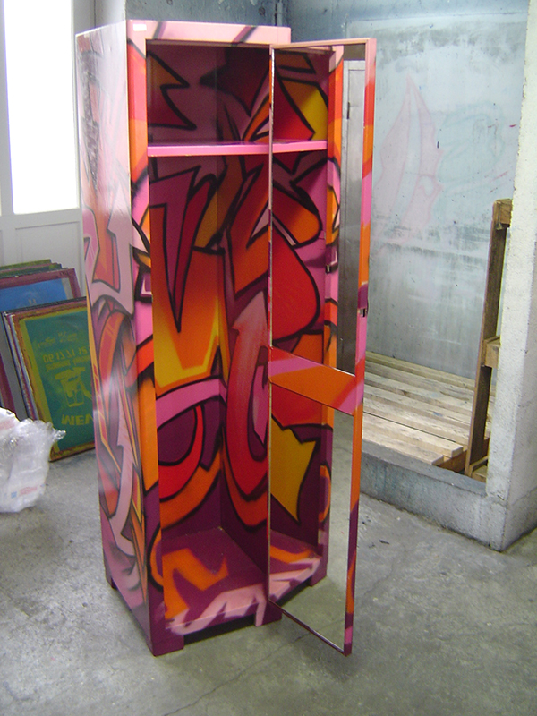 fresque graffiti sur un meuble