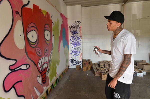 Chris Brown en action devant un mur