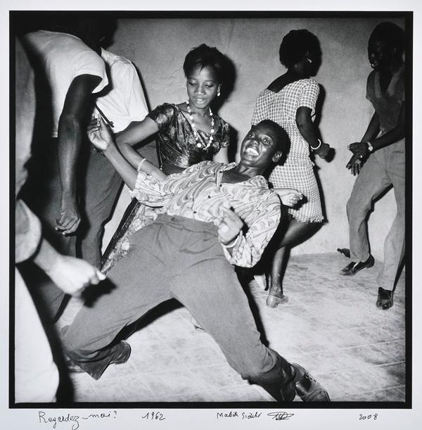 jeunes gens en train de danser au Mali
