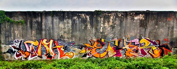 Fresque en couleurs sur un mur brut