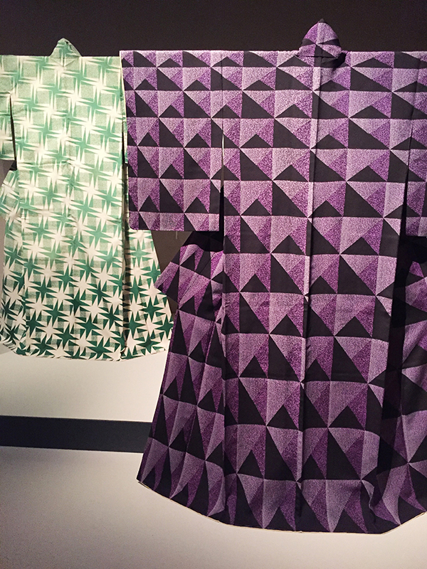 dialogue entre deux kimonos disposés l'un à côté de l'autre.