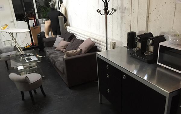 Le studio disposait d'un espace détente confortable.