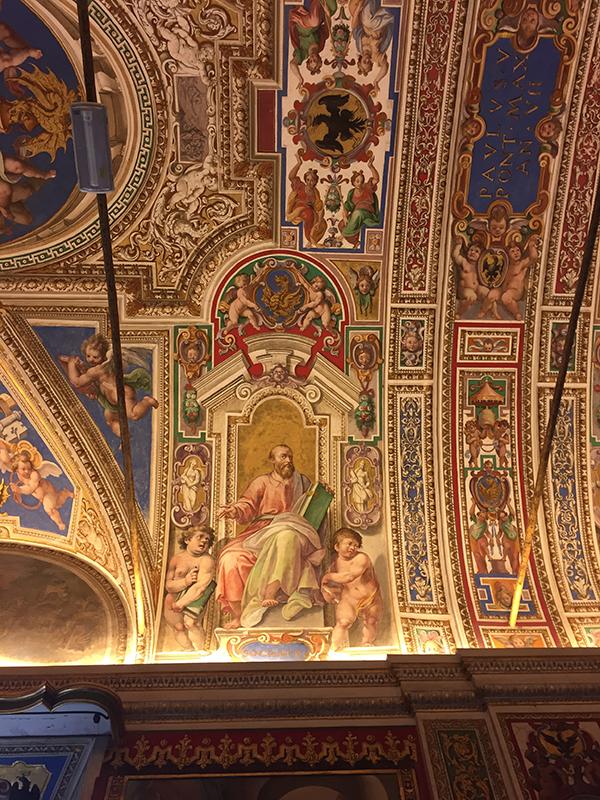 Détails soignés des fresques réalisées sur les murs.